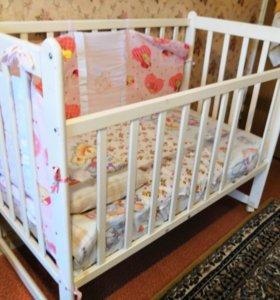 Кровать белая детская с матрасом и мягкими уголкам