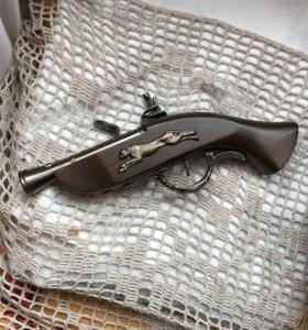 Пистолет-зажигалка.