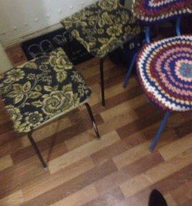 Стол два тубарета и один стул