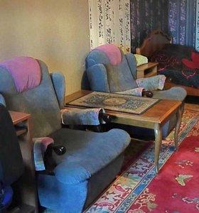 Два кресла и журнальный столик
