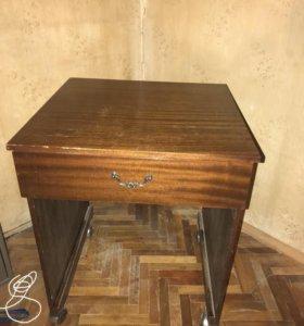Стол на колесиках с выдвижным ящиком.