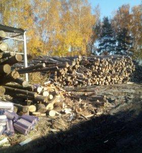 Рабочие на колку дров