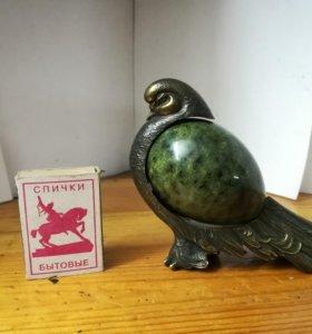 Очень красивая бронзовая птичка с камнем