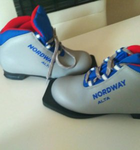 Лыжные ботинки и и лыжи