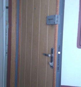 Входная металлическая дверь с коробкой.