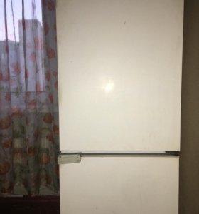 Холодильник двухкамерный. В рабочем состоянии.
