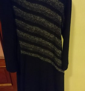 Платье приталеное с разрезами по бокам.