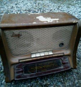 Радиола 1956 г.выпуска.Цена договорная.