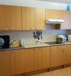 Кухонный гарнитур с плитой, раковиной и вытяжкой