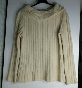 Красивый шерстяной свитер с красивым воротником.