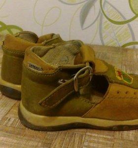 9 пар  детской обуви на 22-24 размер