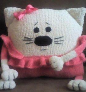 Вязаная подушка-игрушка
