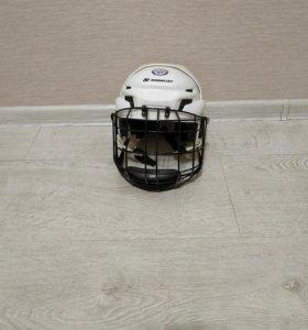 Хоккейный шлем с защитной решеткой.