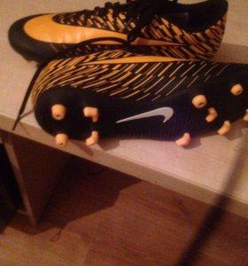 Футбольные бутсы Nike.