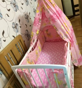 Детская кроватка и весь комплект.