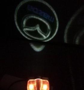 Проекция с  подсветкой дверей. логотип Мазда
