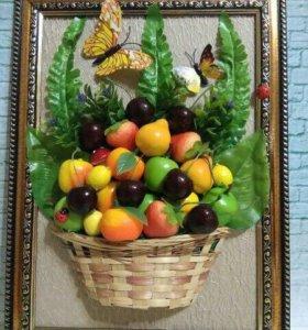 Панно из искусственных фруктов и зелени.