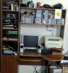 Компьютерный стол с полочками