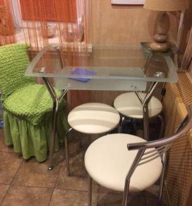 Стеклянный стол со стульями и табуреты
