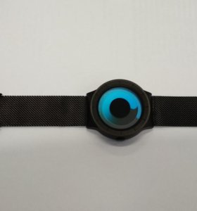 Модные кварцевые часы.