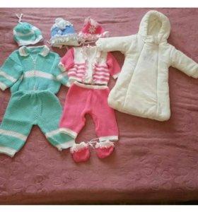 Детский теплый конверт и вязанные костюмчики
