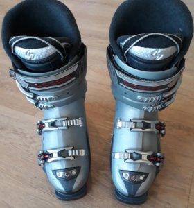 Женские горнолыжные ботинки с лыжами
