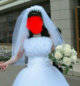 Красивое белоснежное платье свадебное в отличном с
