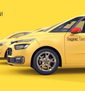 Водитель на Renault Logan