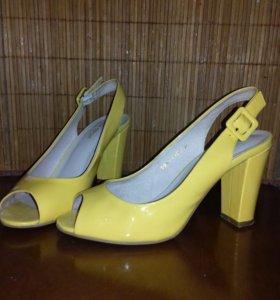 Босоножки кожаные 39р. желтые лакированные