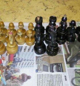 Шахматы деревянные 32 штуки.