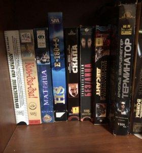 Видеомагнитофон и кассеты с фильмами