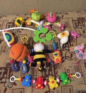 Подвесные игрушки и музыкальные мобили.