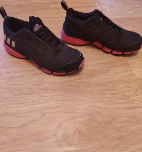 Новые теплые кроссовки адидас