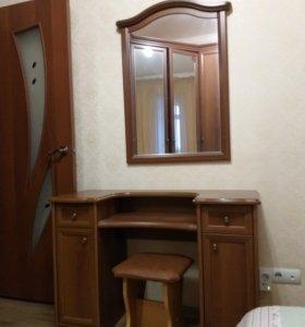 Угловой шкаф, туалетный столик с зеркалом.