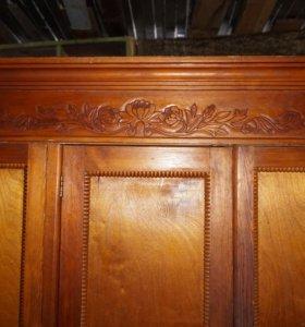 Деревянный старинный шкаф с ручной резьбой.