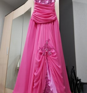 Яркое розовое платье.