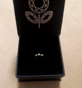 Продаю золотое кольцо с бриллиантом