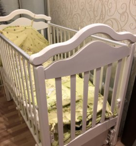 Белоснежная детская кроватка с маятником