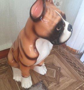 Собака и статуэтки