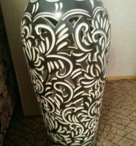 ваза черного цвета с резным рисунком