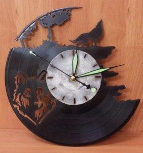 """Часы на виниловой пластинке """"Волк""""."""