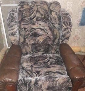 Диван и два кресла, подлокотники кожзам.