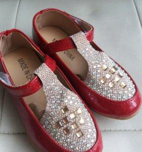 Яркие туфли для девочки