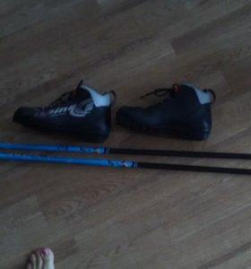 Ботинки лыжные, палки лыжные.