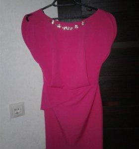 платье ярко розового цвета с ожерельем