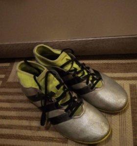 Футболтные кроссовки