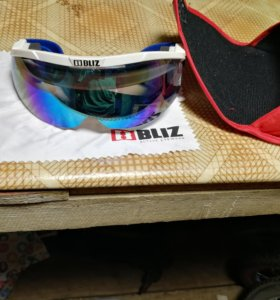 Лыжи, палки и очки всё для биатлона
