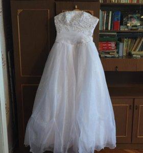 Платье свадебное с перчатками и две пары туфлей