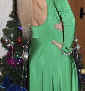 Изумрудное платье с открытой спиной
