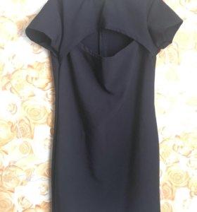 Платье с вырезом на груди